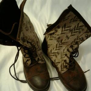 NEVER WORN ROXY boots